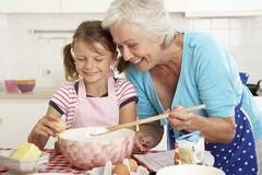 cuisson-de-grand-mère-et-de-petite-fille-dans-la-cuisine-55897072