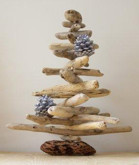 sapin-bois-flotté-décoré-pommes-pin-argentées-bombe