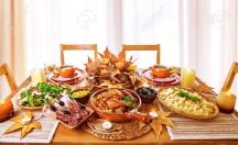 30990889-dîner-de-fête-à-la-maison-jour-de-thanksgiving-célébration-soutenu-poulet-charcuterie-pommes-de-terre-garnit